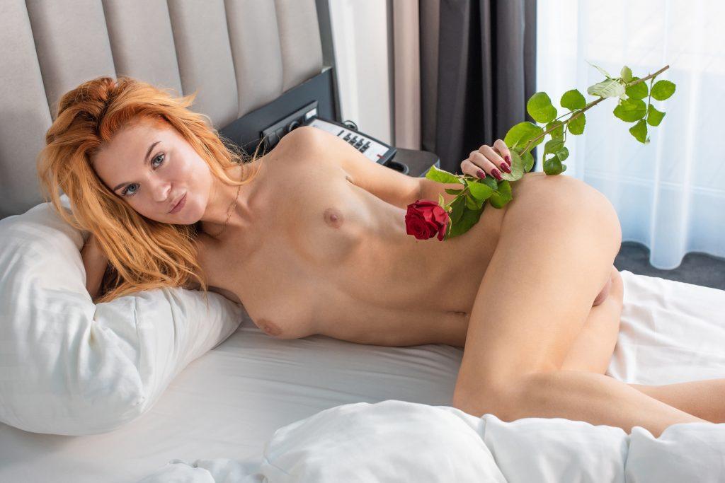 Рыженькая шлюха с розой в руках